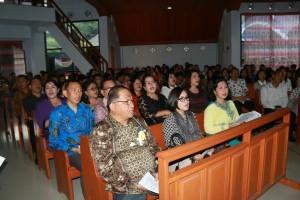 Sekretaris Kota bersama jajaran menghadiri ibadah di GMIM Damai Lahendong