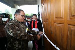Sekretaris Kota Ir Harold V Lolowang MSc MTh menggunting pita peresmian Gedung Gereja Damai Lahendong
