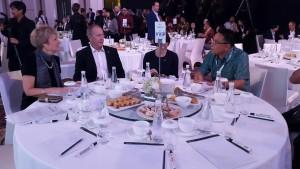 Wali Kota Tomohon Jimmy F Eman SE Ak berbincang-bincang dengan peserta dari Australia