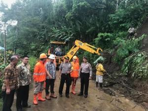 Sekretaris Kota, Kapolres, Kepala BPBD dan Lurah Rurukan Satu di lokasi bencana