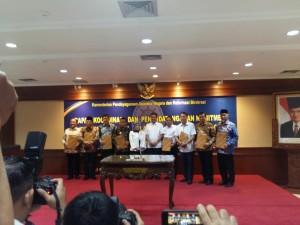 Wali Kota Tomohon, menteri PANRB bersama bupati dan wali kota yang menandatangani MoU