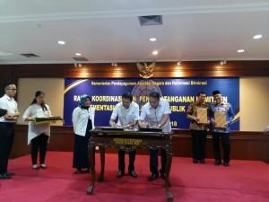 Wali Kota Tomohon dan Menteri PANRB saat menandatangani MoU