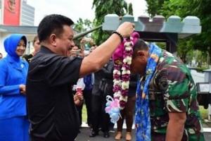 Ir Maurits Mantiri ,  Komandan Korps Marinir, Mayjen TNI Bambang Suswanto,