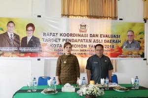 Wakil Wali Kota Tomohon Syerly Adelyn Sompotan dan Kepala Badan Keuangan Drs Gerardus Mogi saat membuyka kegiatan