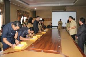 Para kepala dinas menandatangani Pakta Integritas