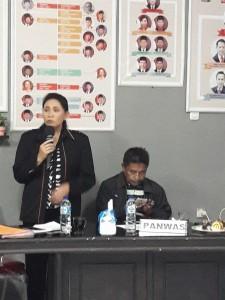 Rita Kambong SH saat menyampaikan penemuan dugaan pelanggaran oleh Panwaslu