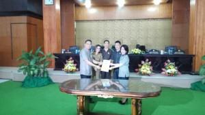 Wali Kota menyerahkan Ranpersa kepada Ketua DPRD Tomohon untuk dibahas