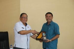 Sekretaris Kota Tomohon dan pimpinan rombongan Komisi I DPRD Ternate tukar cenderamata