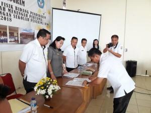 Penandatanganan Mou Kadis dengan kepala sekolah penerima DAK