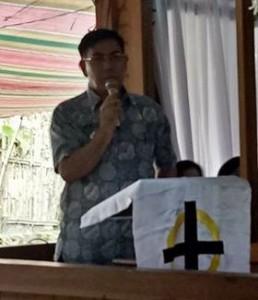 Penjabat Bupati Royke Mewoh Melayat di Rumah Duka di Desa Kanonang Satu