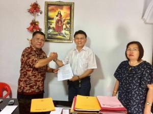 Ketua DPD LPM Sulut menyerahkian SK kepada Calon Ketua DPD LPM Kota Tomohon