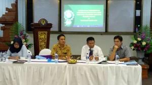 Oktavianus Lintong bersama Ketua Konsorsium I Ketut Suarte dan wakiul Ketua Arie Budiarso dan bendahara Yogiana