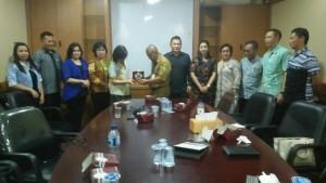 Ketua DPRD Tomohon Ir Miky JL Wenur tukar cenderamata dengan Pemkot Tangerang