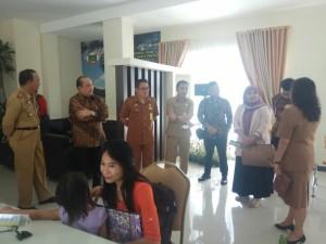 Kedua staf ahli didampingi pejabat Pemkot Tomohon di Wale Kabasaran