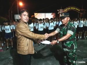 Ketua Tim Seleksi Mayor Inf Feky Welang menyerahkan hasil kepada Kadis Kepemudaan dan Olahraga Toar JS Pandeirot SPd MM