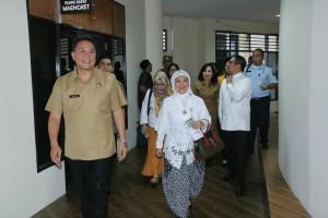 Deputi diantar wali kota mengunjungi kantor pelayanan publik