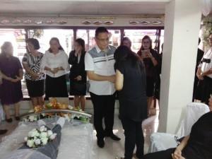 Wali kota memberikan santunan duka