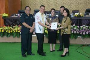 Ketua DPRD Ir MIky JL Wenur menerima LKPJ dari Wali Kota Jimmy F Eman SE Ak