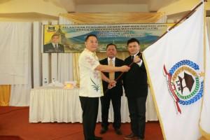 Wali Kota Tomohon menyerahkan Pataka LPM kepada ketua
