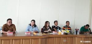 Ketua Panitia Kejurnas Tinju memberikan penjelasan pada Jumpa Pers