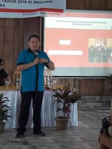 Herwyn Malonda SH MPd, Ketua Bawaslu Sulut memberikan materi