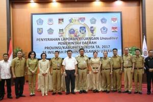 Wali Kota Tomohon bersama kepala daerah laonnya di bSulawesi Utara usai menyerahkan LKPD di BPK