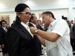 Wali Kota memasang PIN