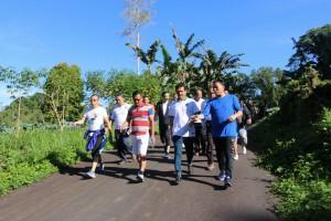 Menteri PAN-RB jalan bersama Wali KOta Tomohon dan jajaran