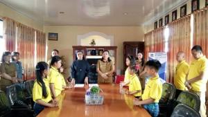 Keenam siswa saat dilepas Kadis Dikbud KOta Tomohon