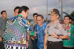 Menteri PAN-RB berjabat tangan dengan Sekretaris Kota Tomohon
