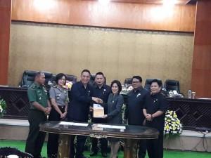 Ketua DPRD Ir MIky JL WEnur menyerahkan rekomendasi kepada Wali Kota Jimmy F Eman SE Ak