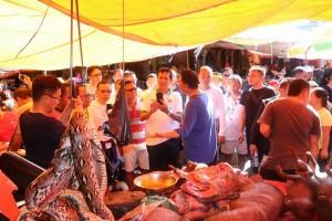 Menteri sata berada di Pasar Ekstrim Tomohon