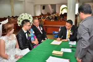 Wali Kota menandatangani berkas pernikahan