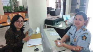 Petugas Imigrasi di Mal Pelayanan Publik Kota Tomohon dan Kadis PMPTST Kota Tomohon Ir Nova Rompas