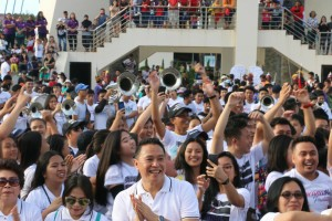 Wali kota membaur dengan jemaat dna masyarakat di lokasi finish Menara Alfa Omega