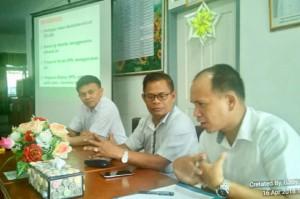 Ketua DPD LPM Kota Tomohon bersama panitia dalam rapat pemantapan pelantikan