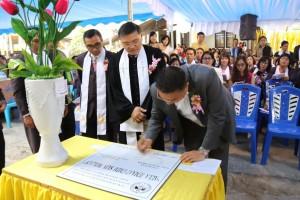 Wali Kota menandatangani prasasti Aula GMIM Sion Woloan