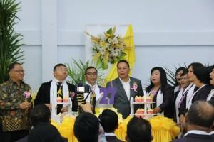 Wali Kota meniuo lilin HUT ke-27 GMIM Sion Woloan