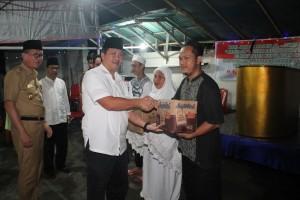 Safari Ramadhan Pemprov Sulut di Sitaro, Kandouw Serahkan Bantuan kepada Jamaah Masjid Ulu Siau
