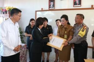 Ketua DPRD Tomohon membuka naskah ujian