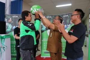 Sekretaris Kota memaaangkan helm tanda launching Go-Jek