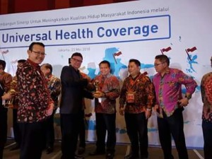 Sekda Ngongoloy Terima Penghargaan UHC JKN-KIS Award Dari Presiden Jokowi