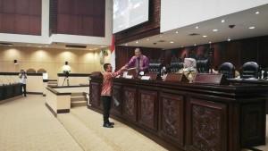 Senator Ir Stefanus BAN Liow menyerahkan aspirasi kepada pimpinan sidang