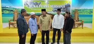 Wali Kota terlibat perbincangan serius dengan para petinggu Umat Muslim