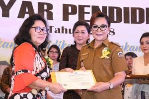 Wakil Wali Kota Tomohon menyerahkan hadiah kepada sekolah pemenang lomba