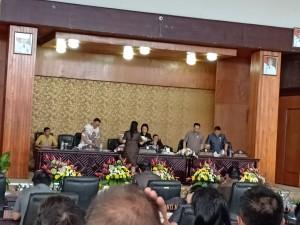 Fraksi Partai Golkar menyerahkan pemandnagan umum kepada Ketua DPRD