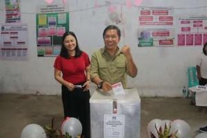 Bupati James Sumendap Bersama Istri Coblos di TPS Satu Kelurahan Tosuraya