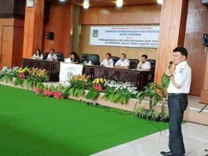 Ketua LPM Tomohon Dr Rooije RH Rumende saat memimpin Mukerda .