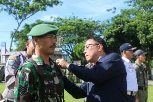 Wali Kota Tomohon memasang tanda dimulainya Operasi Ketupat 2018