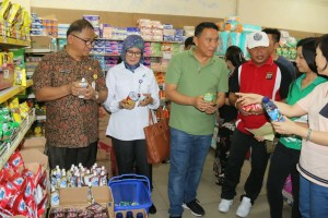 Peninajuan di Supermarket Century